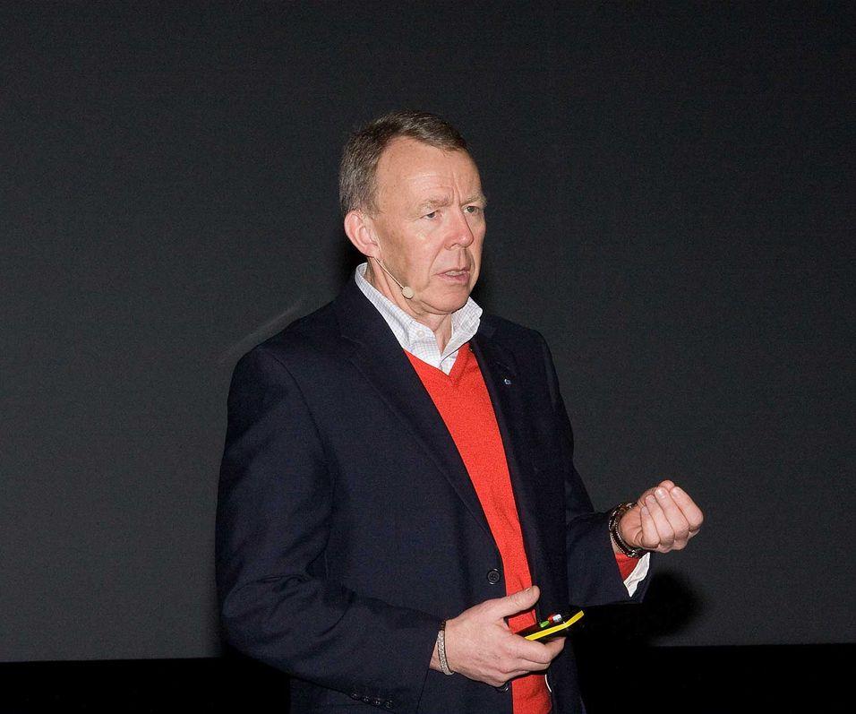 Generalsekretær Per Morten Hoff i IKT-Norge svinger pisken over mangelen på konkrete mål for utbygging av høyhastighets bredbånd i Norge.