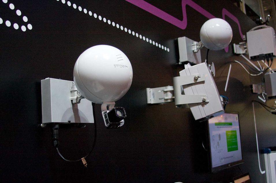 Ericssons nye formfaktor på en radiolink, formet som en ball for å passe inn i bygatene. Under kula er det et kamera som benyttes under instaleringen for å rette den inn mot mottakeren, eksempelvis på et hustak.