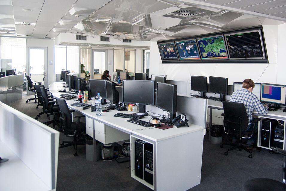 Mye hemmelig foregår i kontrollrommet. Da vi fikk ta bilder var de fleste ansatte ute, og skjermene deres blanke.