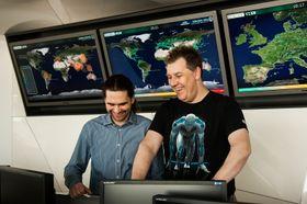 Righard Zwienenberg, her med Juraj Malcho i viruslaben, sier store tyverier gjør det vanskelig å vite hvem som kan stå bak.