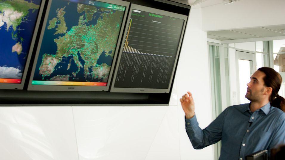 På disse skjermene vises mye data om hvor, når og hvordan virus blir spredt.
