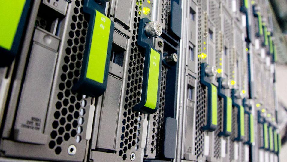 En rekke servere jobber døgnet rundt i et helt nytt datasenter.