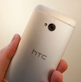 HTC måtte gjøre noe, etter å ha sett på dalende salgskurver i lang tid. Ett av svarene ble en svært spesiell kamerabrikke i HTC One. Til tross for greit salg av denne modellen, fortsetter pilene å peke nedover for mobilprodusenten.