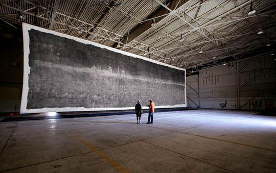 Verdens største fotografi på plass i en flyhangar. Bildet måler over 30 meter på lengden og 10 meter på høyden.