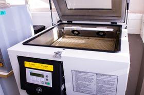 I denne ovnen varmes kretskort, loddepasta og komponenter opp til 230°C.