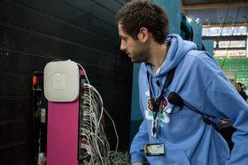 Teknisk ansvarlig Peter Blakstad forteller at nettverket funker som det skal.