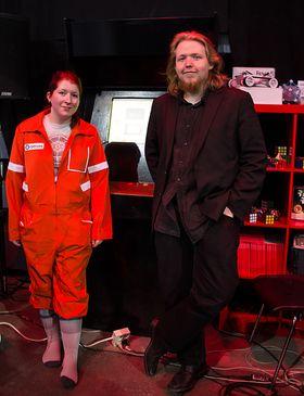 Veronika Heimsbakk og Jonathan Ringstad foran arkademaskinen Ringstad har bygd, og tatt med.