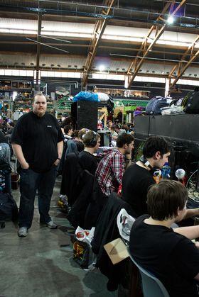 Jon Erik Engevold, til venstre, har organisert Hardware-rekka på The Gathering de siste årene.