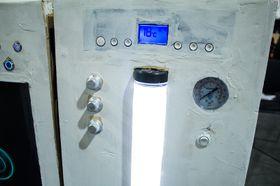 Lysende vanntanker og en rekke målere viser status på kabinettet.