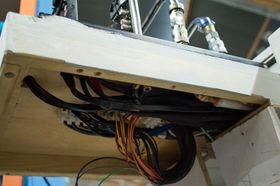 All strøm til komponentene er skjult bak en luke under hovedkortet.