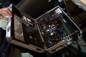 Målet er å gå fra fasekjølt monstermaskin til vannkjølt koffert-PC på ti minutter.