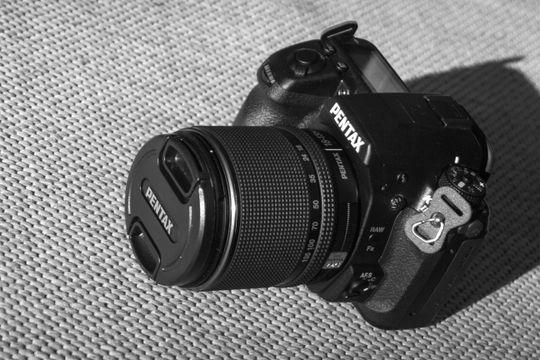 Kameraets kitobjektiv er værtettet på samme måte som kameraet, og fremstår som et godt alternativ om man ønsker å kjøpe kamera og objektiv i ett.