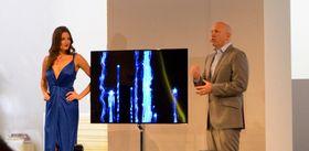 Samsung med sin 55 tommer store OLED-TV på IFA-messen i Berlin i fjor høst.