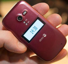 Telefonen kommer i flere farger - her er den røde utgaven.