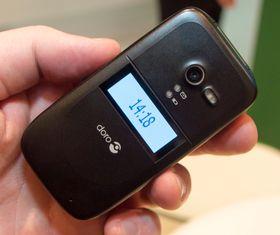 Doro PhoneEasy 622 i svart utgave. En egen knapp på siden av telefonen aktiverer displayet.