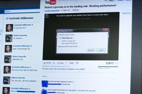 Først fører skurkene en samtale med deg på Facebook, før du sendes inn på «YouTube» – hvor alle er sjokkerte over hva «du» gjør i videoen.