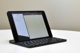 Når du skal bruke tastaturet kan iPad-en festes i et spor litt inn på tastaturet.