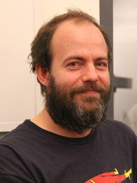Ungene motiveres til læring gjennom hacking, var en av erfaringene  til frilansprogrammerer Jens Christian Brynildsen.