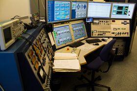 Kontrollpanelet for akseleratoren modifiseres og oppgraderes stadig, men på skjermene brukes enn så lenge designet fra gammeldagse systemer.
