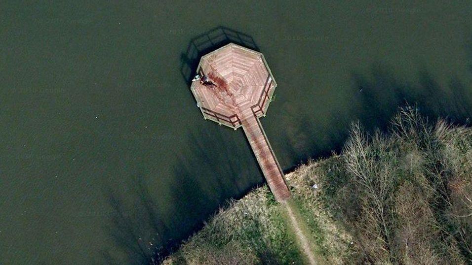 SATELLITTBILDE: Det diskuteres heftig om Google Maps her har fanget et forsøk på å dumpe et lik eller ei.