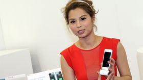 Piken med det velsmakende navnet Gin Lee, er filmskuespiller og superkjendis i Hong KOng. Her viser hun et eksternt iPhone-batteri for iWalk.