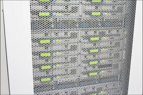 Bak et gitter i en serverhall jobber maskinene våre døgnet rundt.