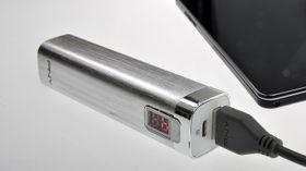 Du trenger bare én ladekabel. Kabelen snus når du går fra å lade opp batteriet til å lade opp telefonen.
