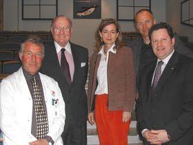 Her har Steinar Pedersen og sykehusdirektør Schrøder fått besøk av den amerikanske ambassadøren til Norge, John D. Ong.