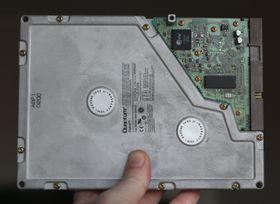 Undertegnedes første harddisk fra 1996: 5,25-tommers Quantum Bigfoot på 2,1 GB. Heldigvis økte kapasiteten relativt fort.