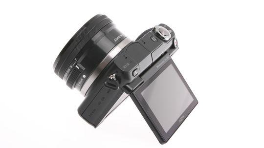 Sony NEX-3N har en praktisk vippeskjerm.