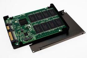 Minnet er synkrone 20 nm MLC-brikker av Intel-Micron-fabrikat.
