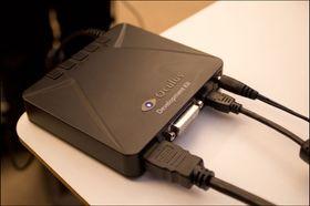 Kabler til skjermkort, USB og strøm går inn i denne boksen, som i tur er koblet til hodesettet.