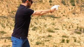Skaperen av våpenet, Cody Wilson, demonstrerer at det fungerer.