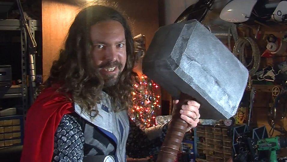 Caleb Kraft viser stolt fram sin egen utgave av Mjølner.