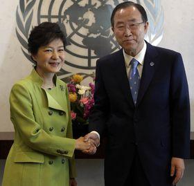 Originalbildet av den sørkoreanske presidenten stammer fra denne bildeserien, der hun møter FNs generalsekretær Ban Ki-moon.