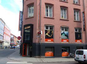 Camera og Videoteknikk utfører Samsungs Premium Service for mobiler. Et av verkstedene skjuler seg i kjelleren hos FotoVideo i Møllergata 4 i Oslo.