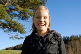 Skyggene i ansiktet til jenta kunne vært unngått hvis fotografen hadde brukt blits.