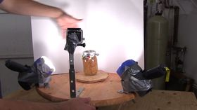 Riggen består av en takvifte, et høyhastighetskamera, to lamper og litt plank.
