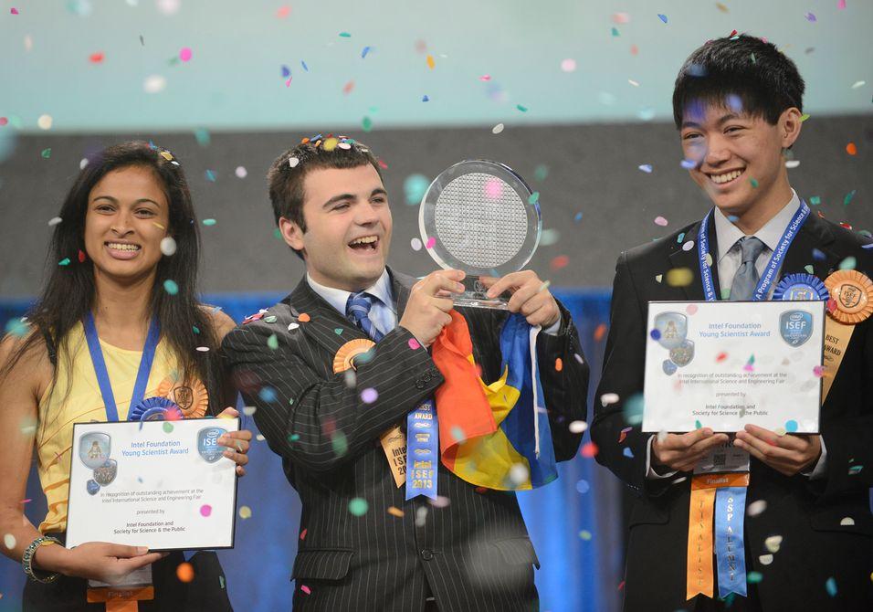 18 år gamle Eesha Khare (til venstre) kom på en delt andreplass i Intels oppfinnerkonkurranse, sammen med 17 år gamle Henry Lin (til høyre). Lin vant en pris for sitt arbeid innenfor astrofysikk, mens 19 år gamle Ionut Budisteanu (midten) vant førstepremien for en ny løsning for selvkjørende biler.