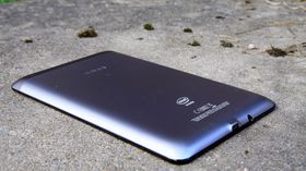 Baksiden på Asus FonePad er laget i metall.
