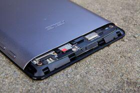 SIM-kort og MicroSD-kort befinner seg under et plastdeksel øverst på baksiden.