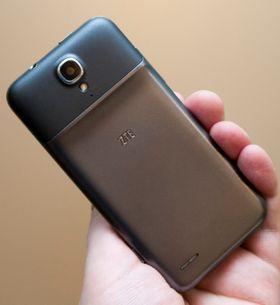 Grand Era LTE er tykkere øverst enn nederst. Dermed minner den mye om noen av telefonene som kom samme år som Samsung Galaxy S II.