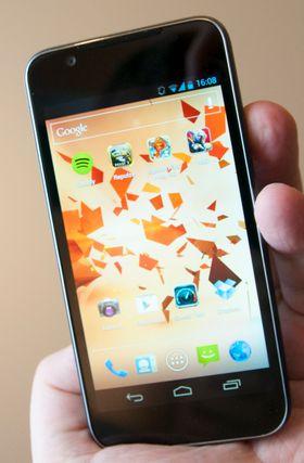 Forfra likner den litt på en gammel iPhone. Men den har ingen knapper eller snarveier rundt skjermen.