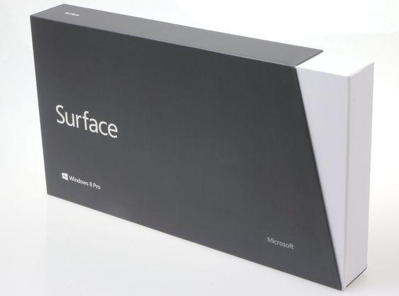 Microsoft Surface Pro kommer i en ikke ueffen eske i grått og hvitt.