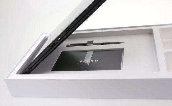 Under selve datamaskinen ligger en liten informasjonsbrosjyre og en stylus-penn. Denne virker kun på Pro-utgaven av Surface.