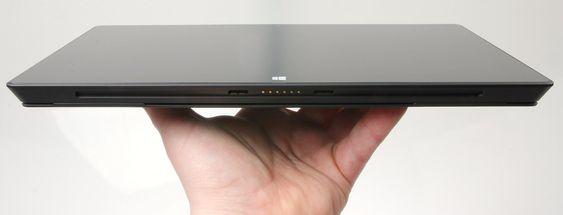 Den nederste kanten er magnetisk, noe som gjør det veldig enkelt å koble til eller fra et tastatur.