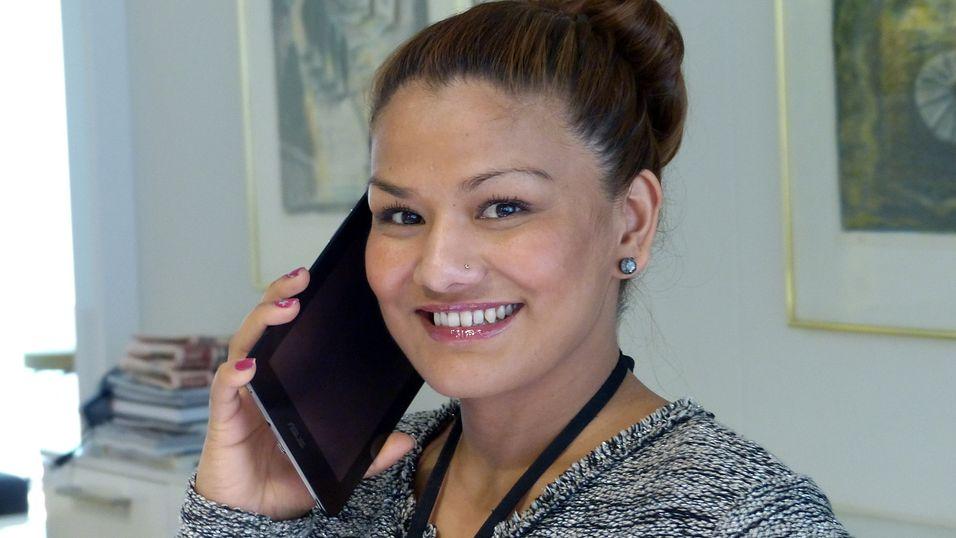 Asus FonePad er nettbrett og telefon i ett. Men vår resepsjonsmedarbeider Rupa Negi er ikke sikker på om hun kommer til å bytte til FonePad med det første.