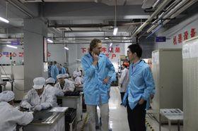 Fairphone besøkte fabrikker i Kina for å finne produsenter som tilfredsstilte kravene deres. De endte opp med å velge A'Hong, en produsent med fabrikker i Shenzhen og Chongquing.
