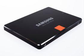 Samsung 840 Pro 256 GB ser lekker ut med skinnende sølvkanter.