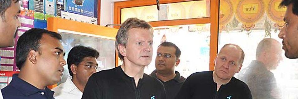Konsernsjef Jon Fredrik Baksaas og Telenors Asia-sjef Sigve Brekke konkurrerer i Myanmar med selskaper som lover investeringer på opptil 86 milliarder kroner.